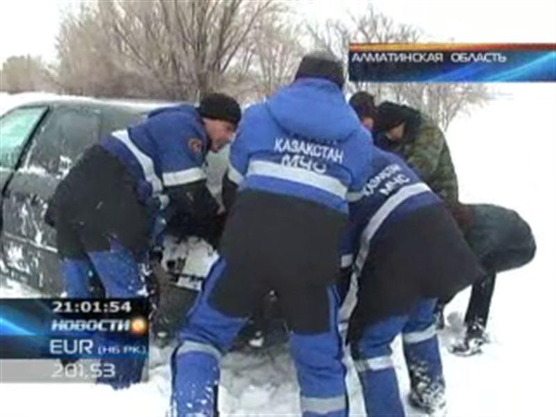 В Алматинской области из снежного плена вызволили больше трехсот человек