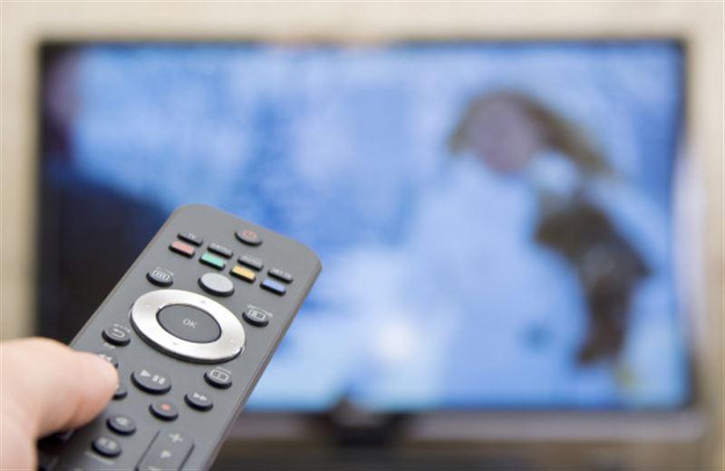 Мужчина смотрел старый телевизор и лишил интернета целую деревню