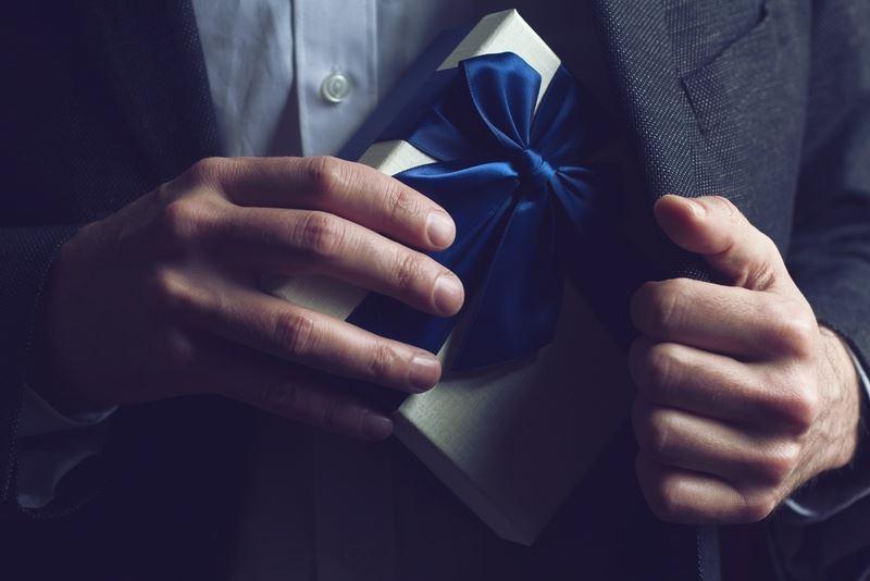 Госслужащим Казахстана запретят принимать подарки любой стоимости