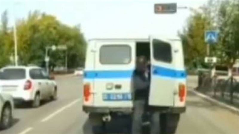 «Дерзкий побег» из патрульного авто попал на видео