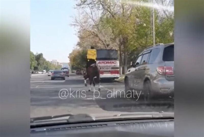 В центре Алматы жители сняли на видео курьера по доставке еды, который передвигался на коне