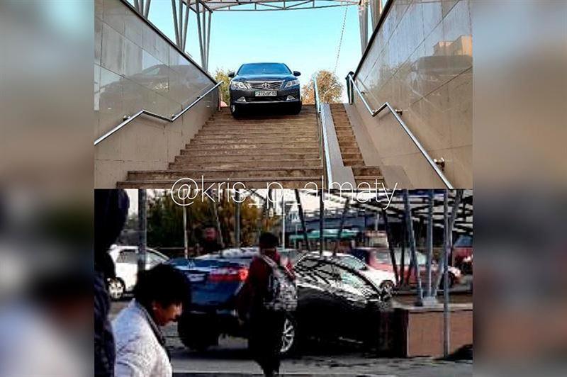 В Алматы автомобиль въехал в подземный пешеходный переход