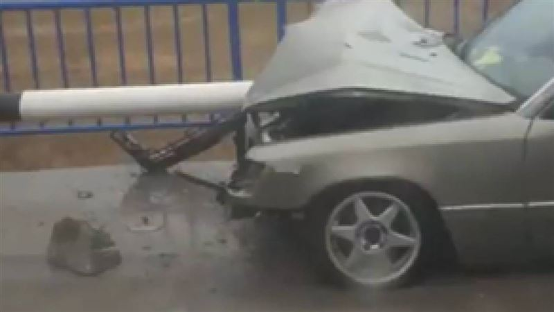 Отбойник насквозь пробил авто в Акмолинской области
