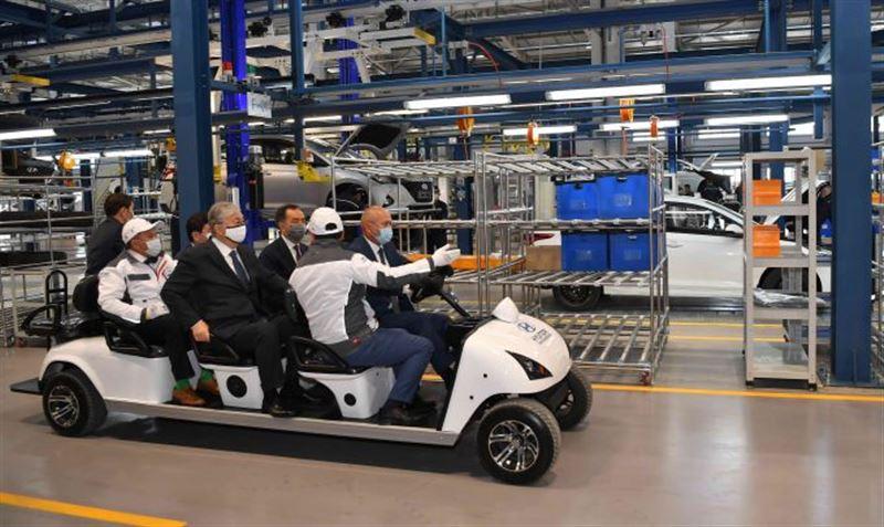 Глава государства прибыл на завод по производству легковых автомобилей