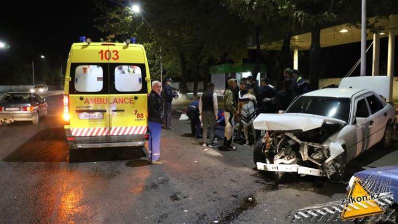 Четыре человека получили травмы в результате аварии в Алматы