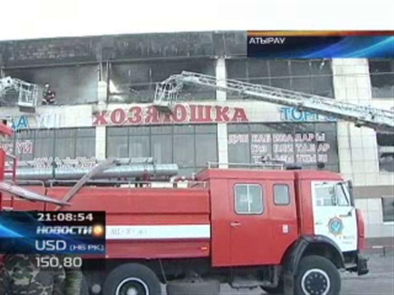 В Атырау загорелся один из крупнейших торговых центров