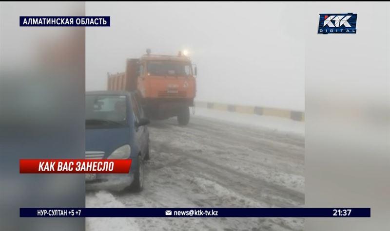 Автомобилисты застряли на Кегенском перевале из-за сильного снегопада
