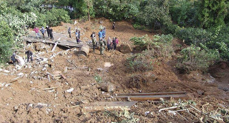 10 трупов обнаружили после схода оползня во Вьетнаме