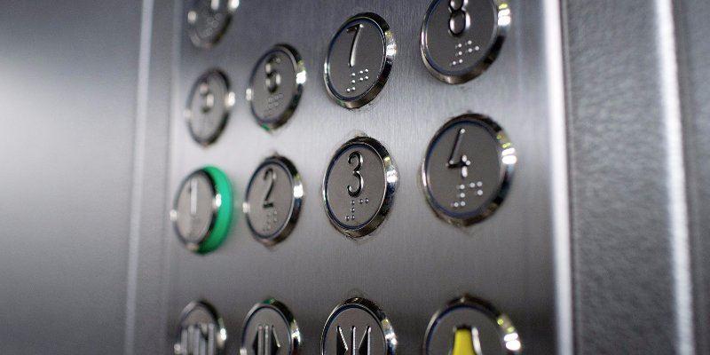 Қарағандыда лифтілердегі қазақ тіліндегі тақтайшалар қала тұрғындарының шамына тиді
