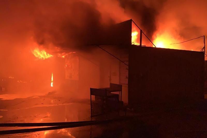 Крупный рынок горел ночью в Караганде