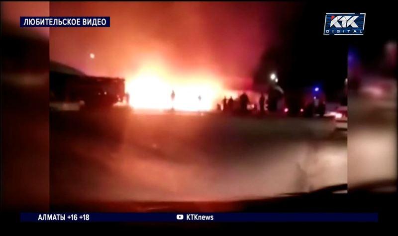 Спасателей било током при тушении пожара на карагандинском рынке