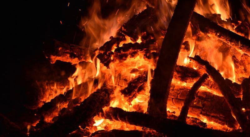 В Алматы на месте пожара в многоэтажном жилом доме найден труп женщины