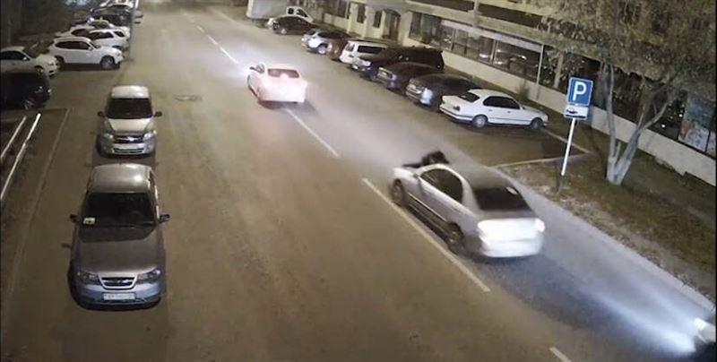 Мужчина прокатил экс-супругу на капоте авто