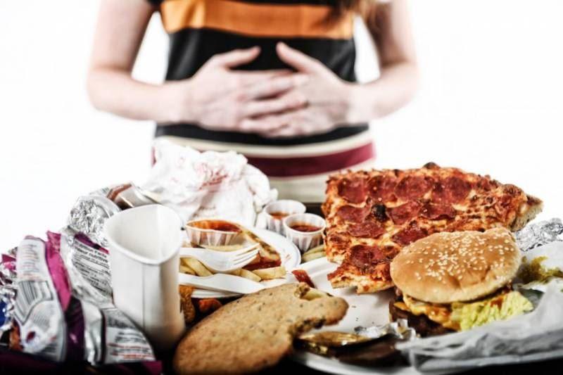 Диетолог объяснил, почему после еды нельзя лежать, а лучше выйти на прогулку