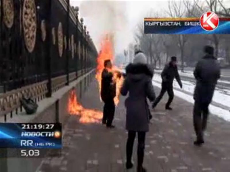 Отчаянная кыргызка пыталась сжечь себя прямо в центре Бишкека