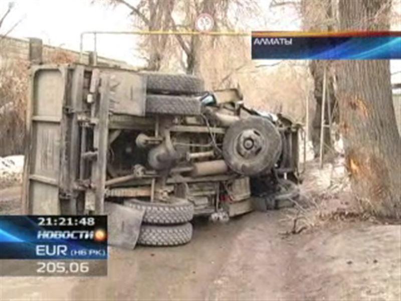 В Алматы из-за трухлявого пня перевернулся целый грузовик