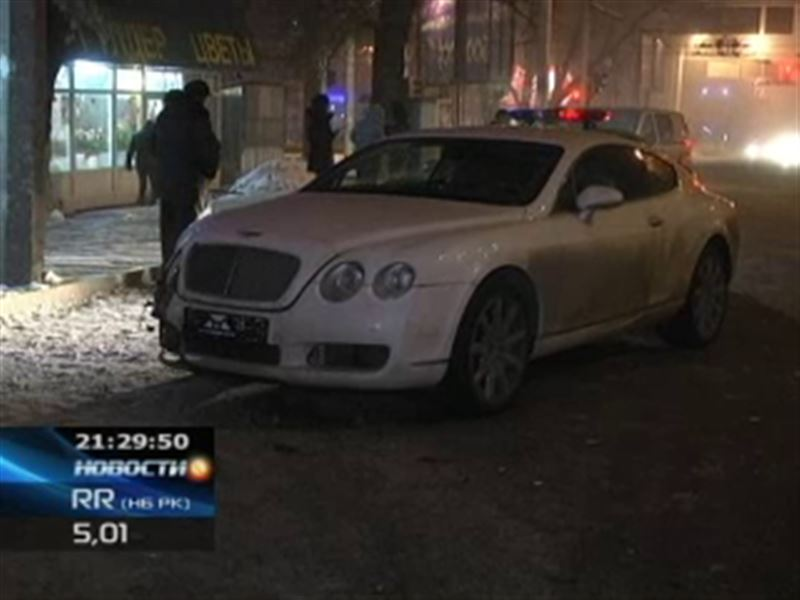 В Алматы в старенькую иномарку влетел шикарный Bentley