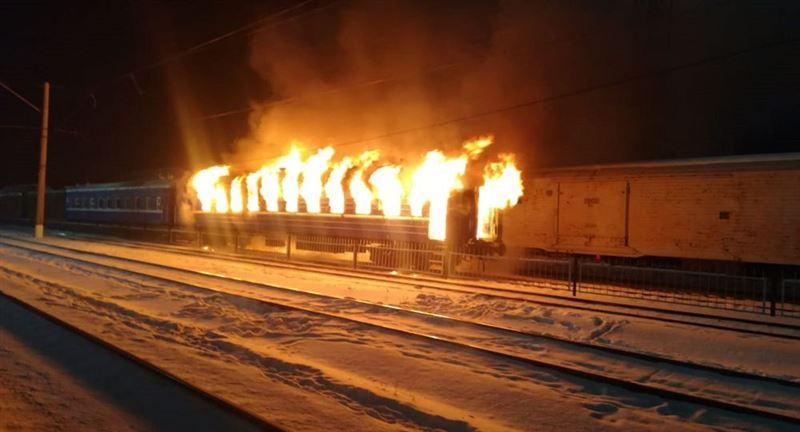 Горящий движущийся поезд сняли на видео