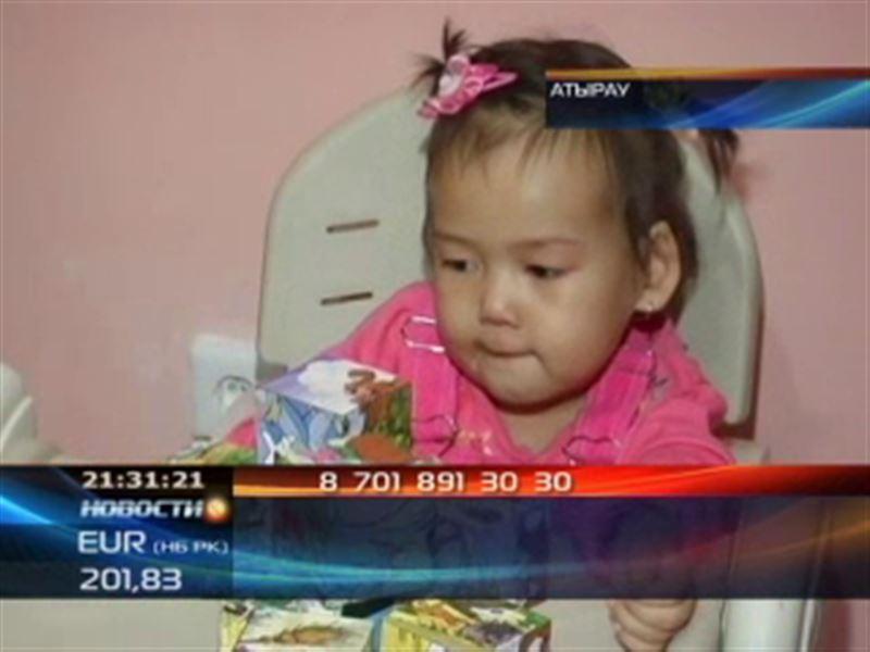 В Атырау нуждается в помощи трёхлетняя парализованная девочка