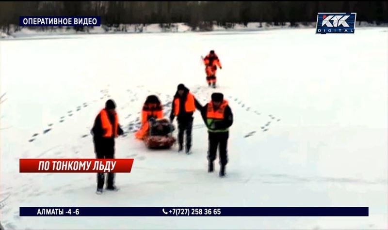 Рыбак провалился под тонкий лед и едва не погиб