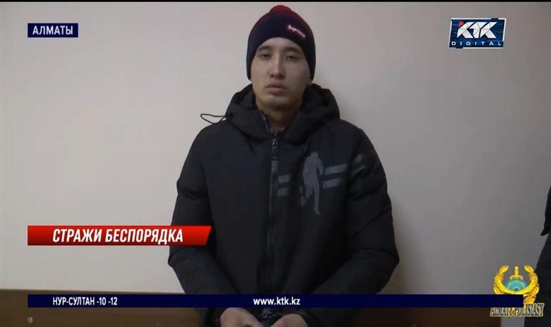 В Алматы поймали лжеполицейских, грабивших прохожих