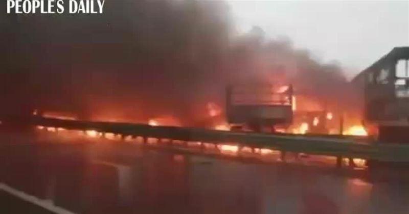 В Китае авария с участием 40 машин закончилась крупным пожаром