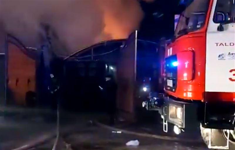 Пожар вспыхнул на территории банного комплекса в Талдыкоргане