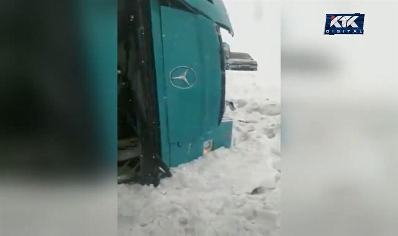 В Карагандинской области пассажирский автобус опрокинулся в кювет