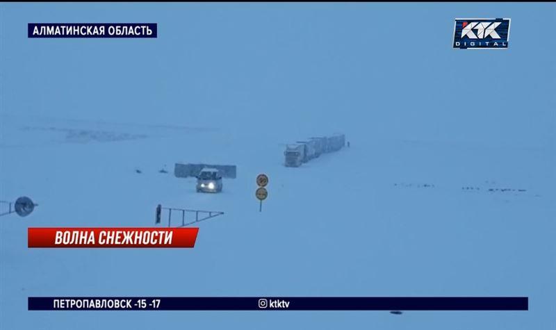 В Алматинской области на заснеженной трассе спасли 30 человек