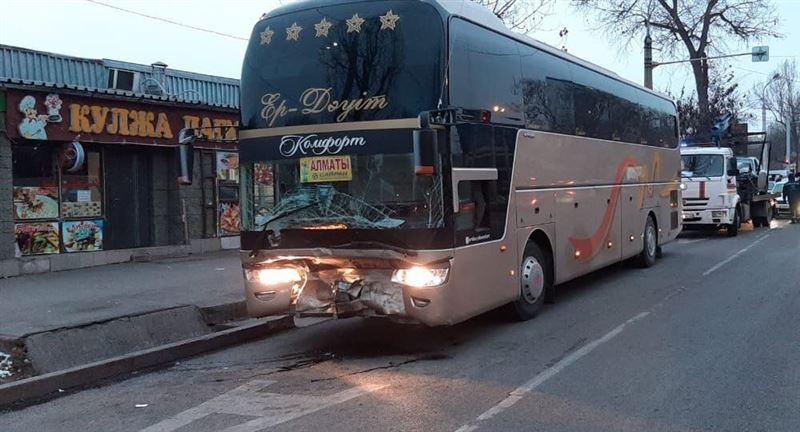 Алматыда қалааралық автобус апатқа ұшырады