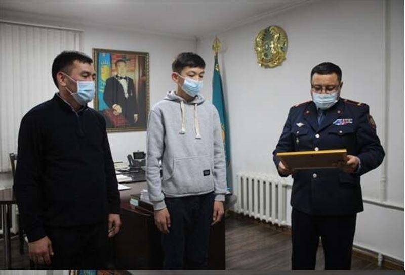 Школьника, нашедшего потерявшегося ребенка, наградили в Туркестанской области