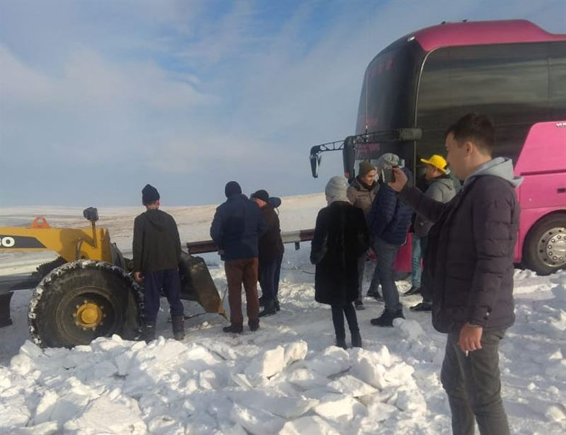 Түркістан облысында бір автобус турист қар құрсауында қалды