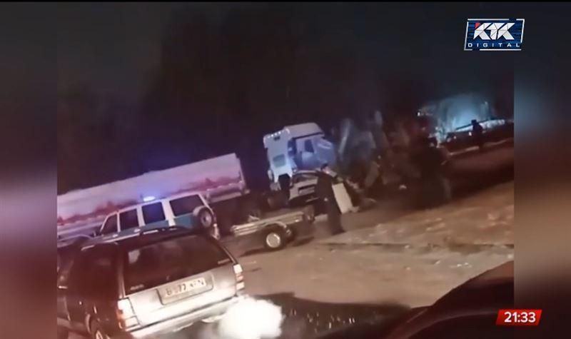 В Алматинской области бетономешалка опрокинулась на внедорожник, двое погибли