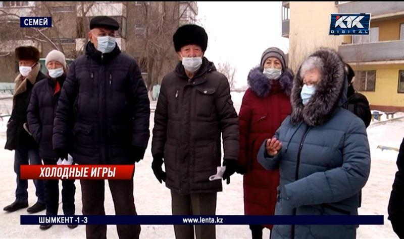 Жители Семея вынуждены ходить дома в одежде и греться на улице
