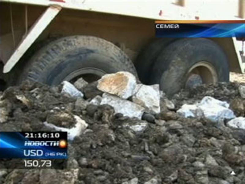 Необычное ДТП в Семее: перегруженный гранитом КамАЗ провалился в асфальт