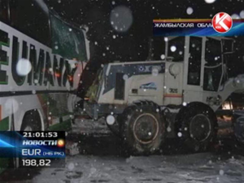 В Жамбылской области столкнулись два автобуса и автогрейдер: 3 человека погибли
