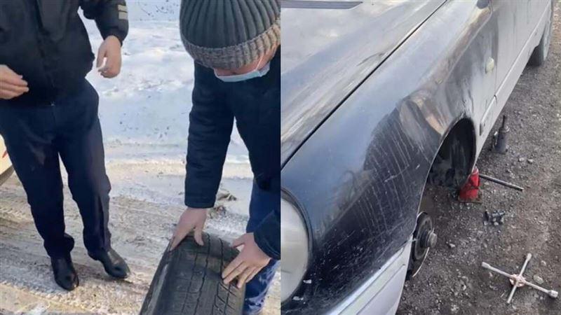 Полицейские помогли заменить колесо автомашины на трассе в Алматинской области