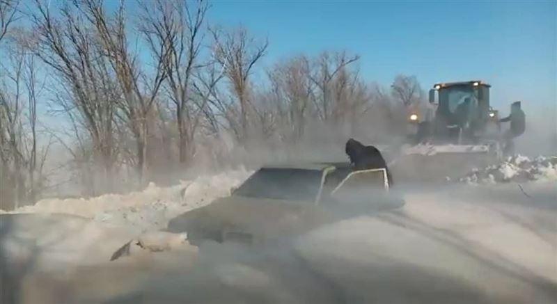 Десятки человек попали в снежные заносы в Алматинской области