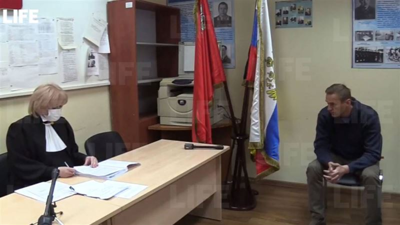 Суд над Навальным начался в отделении полиции