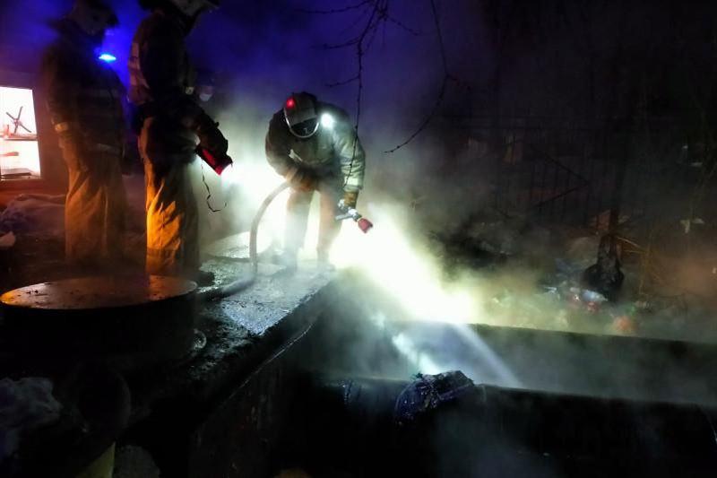 В Усть-Каменогорске при пожаре на теплотрассе были спасены два человека