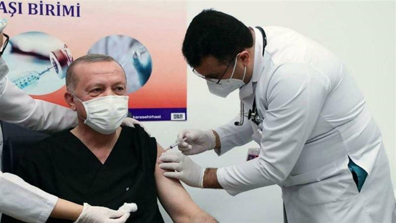 Ердоған COVID-19-ға қарсы вакцина салдыртты