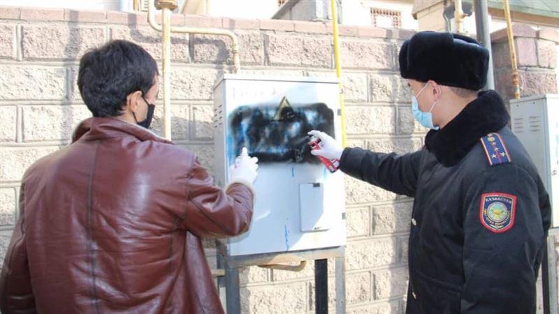 Стены зданий, исписанные 48 граффити с рекламой наркотиков, нашли в Шымкенте