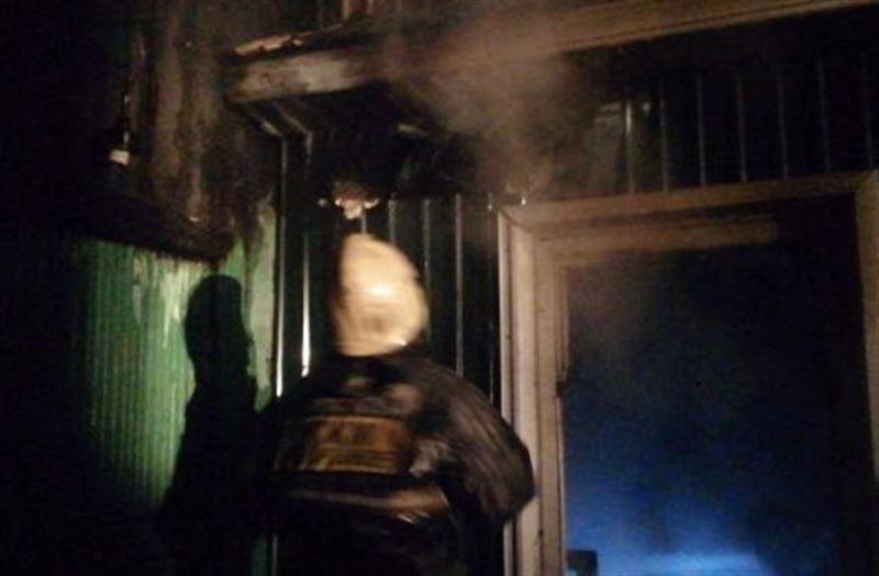 Подросткам удалось спасти женщину из горящего дома в Семее