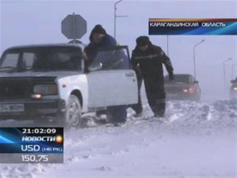 Экстремальные праздники: тысячи казахстанцев застряли в сугробах на трассах