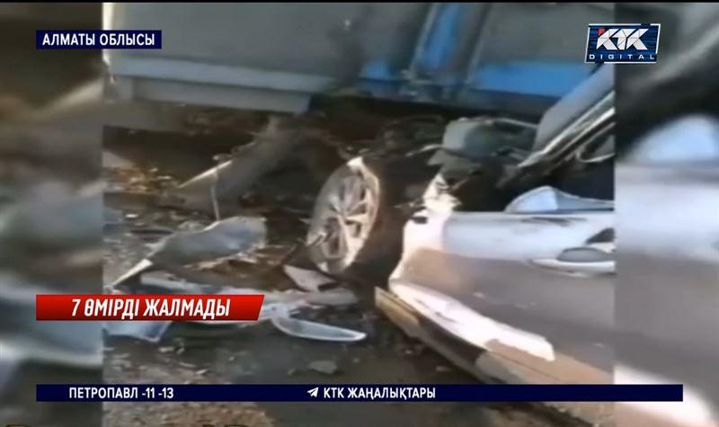 Кроссовер жүк көлігіне соғылып, 7 адам мерт болды – Алматы облысы