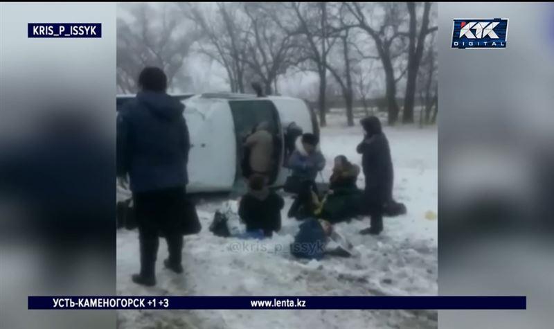 Микроавтобус с 20 пассажирами перевернулся на трассе под Алматы