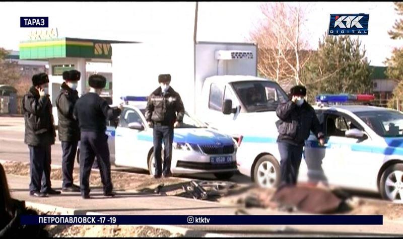 В Таразе дворника убило машиной, которую отбросило на обочину при ДТП