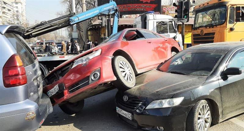 Массовая авария с участием грузовика произошла в Алматы