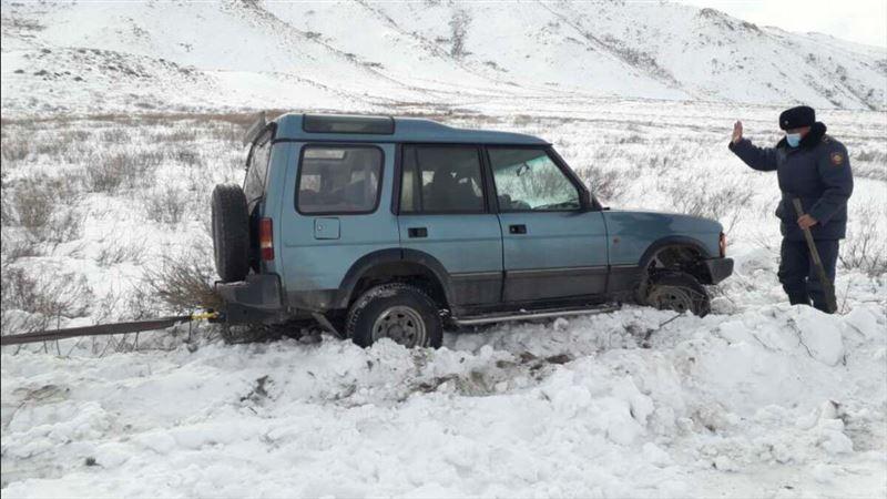Полицейские ВКО помогли откопать автомобиль, который вылетел в заснеженный кювет