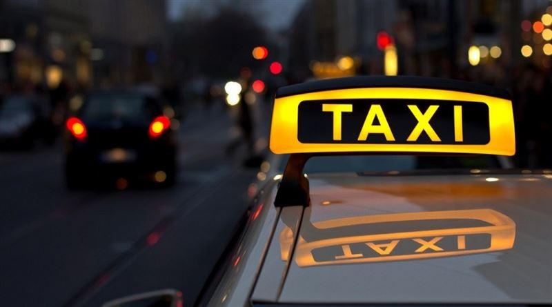 Өскеменде такси жүргізушісі жол ақысын төлемеген келіншектің сөмкесін тартып алды